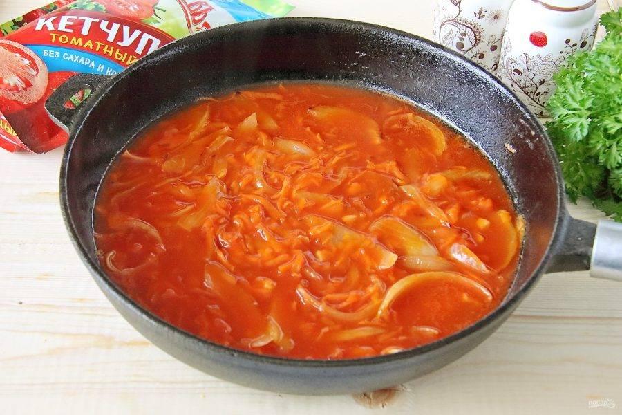 Обжарьте все вместе в течении двух минут и влейте горячую воду. Добавьте по вкусу соль, доведите до кипения и снимите соус с плиты.