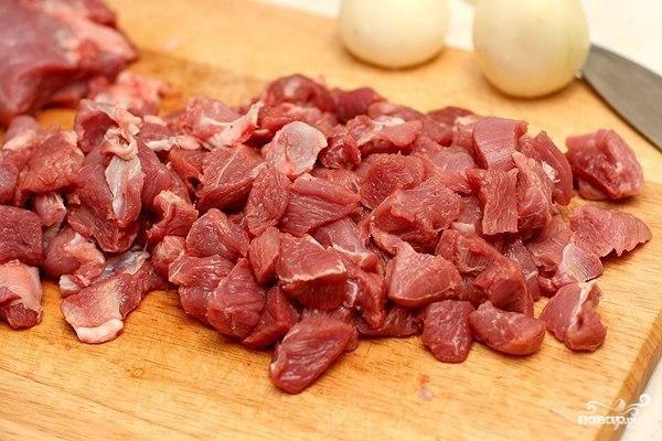 Нарезаем все мясо на небольшие кубики (1-1,5 см сторона) и обжариваем на сковороде до полуготовности.