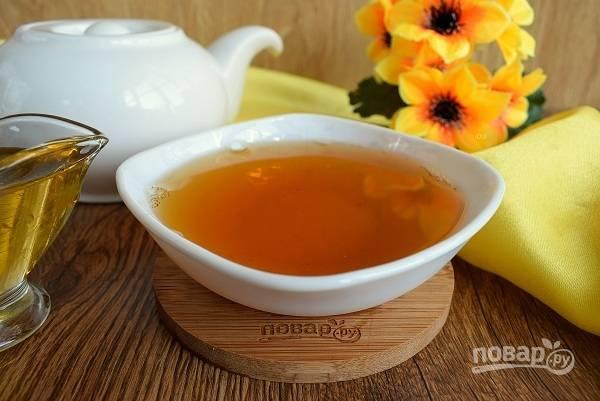 Добавьте сахар по вкусу. Пейте зеленый чай из фарфоровых пиал. Приятного чаепития!
