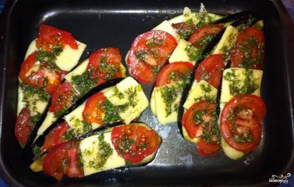 """Затем уложим баклажаны """"раскрытым веером"""" в посуду для запекания и сверху накроем их сыром, помидорами и смесью из оливкового масла и зелени. Ставим в предварительно разогретую духовку до 190 градусов на 40-45 минут."""