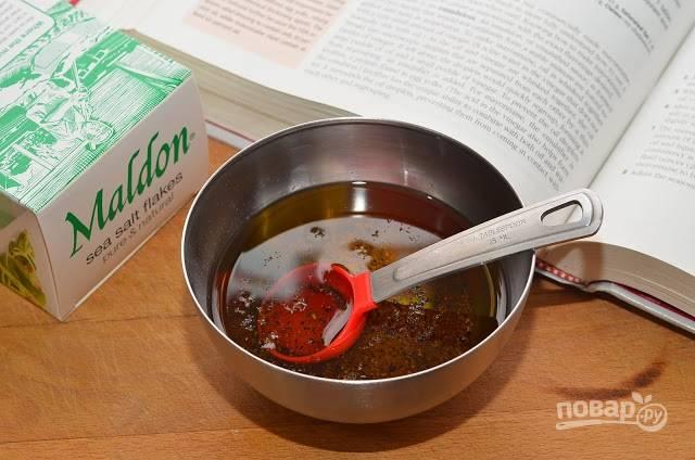 2.Для заправки: в миску наливаю оливковое масло, уксус, соль и перец, хорошенько перемешиваю.