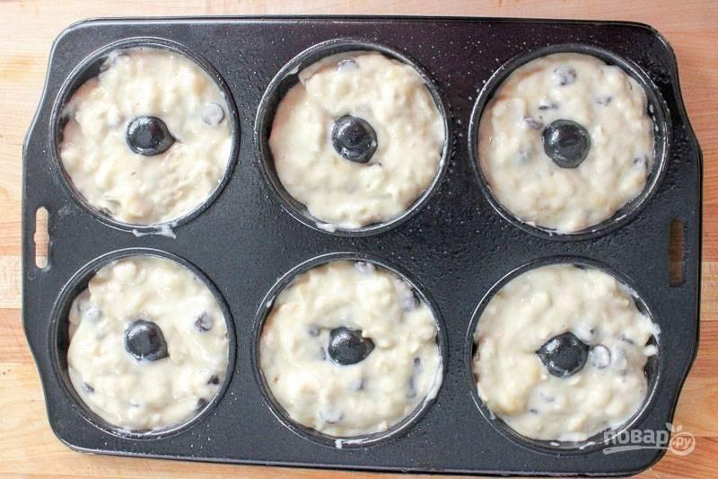 7. Разложите тесто в формочки для пончиков, предварительно смазанные маслом, и отправьте в разогретую до 200 градусов духовку. Запекайте до румяности минут 20.