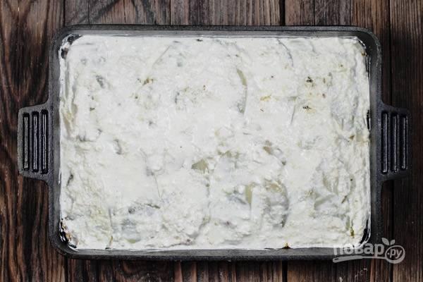 8.И, наконец, закройте всё сырным соусом.