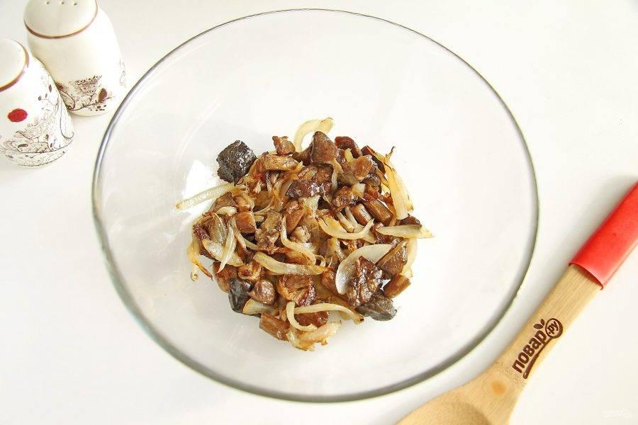 Лук нарежьте перьями и обжарьте на растительном масле с грибами до готовности. Переложите в сразу в салатник или в глубокую тарелку.