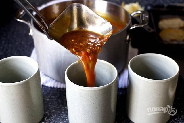 4. Горячий суп разлейте по чашкам или другим порционным жаропрочным емкостям.