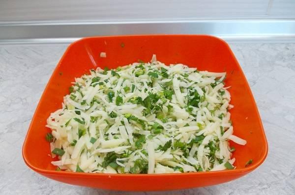 6. Это время можно использовать для приготовления начинки. В данном случае - это тертый сыр с измельченным зеленым луком.
