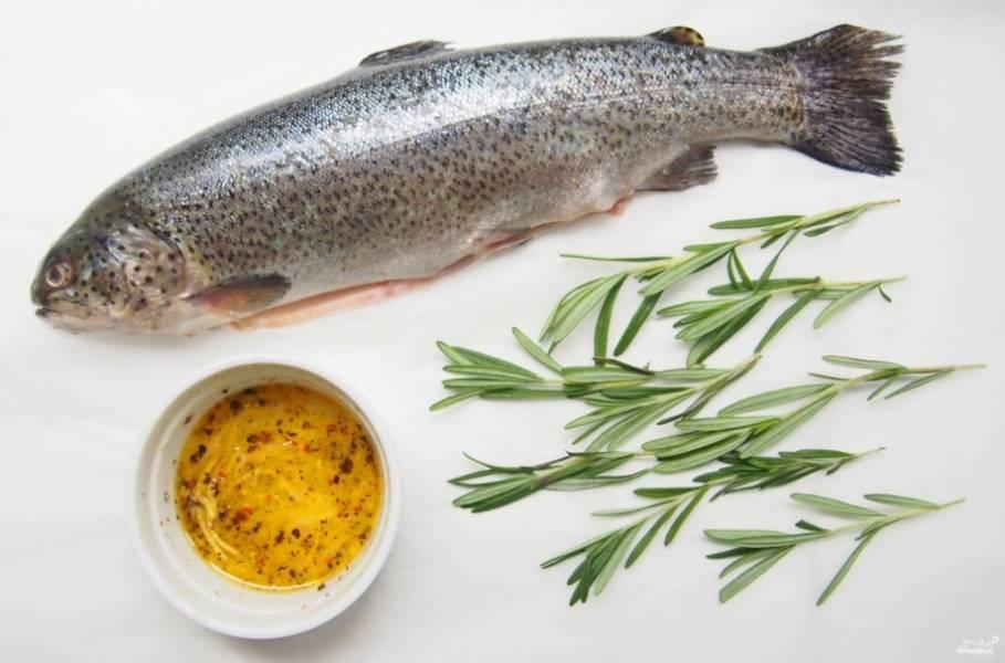 2. Смешиваем оливковое масло с перцем и солью. Натираем полученным маринадом рыбу.