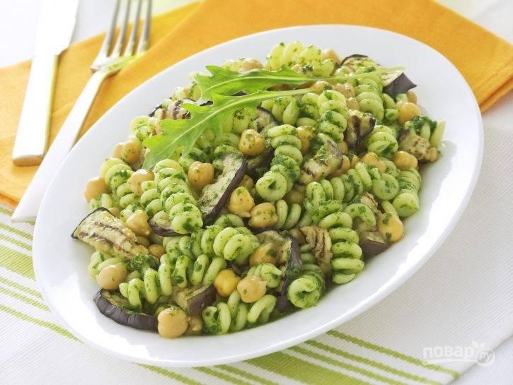 5.Уберите зубчик чеснока из салата и подайте блюдо на стол, добавив немного оливкового масла и украсив свежей зеленью. Приятного аппетита!