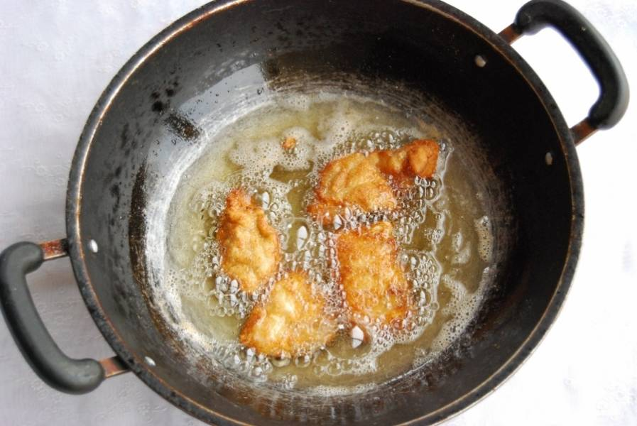 В сковороду вылейте растительное масло. Разогрейте. Выкладывайте в него наггетсы. Обжаривайте с обеих сторон  до золотистой корочки.