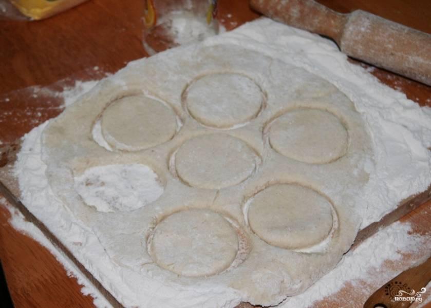 Тесто раскатываем и при помощи стакана, формы, ножа и т.д. вырезаем фигурки.