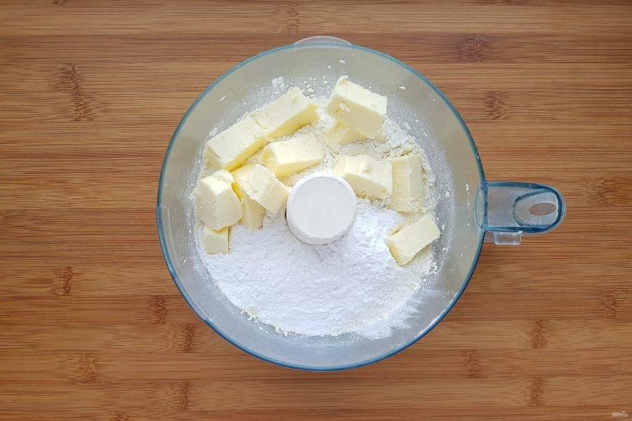 Затем добавьте муку, масло и сахарную пудру. Измельчите до состояния крошек.