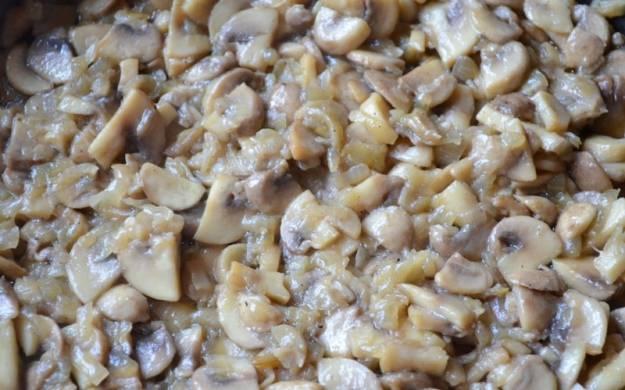 Добавьте грибы и жарьте вместе с луком 20 минут на медленном огне.