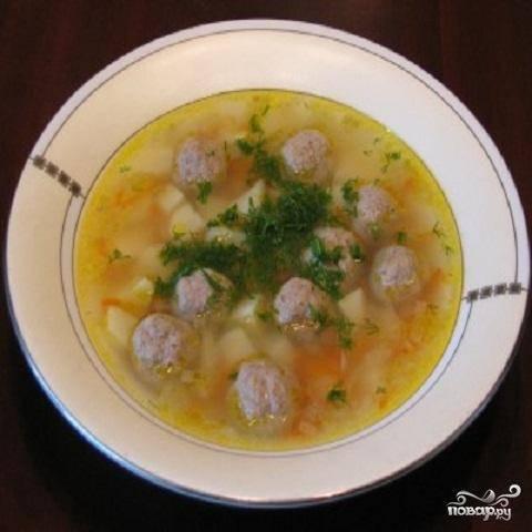 5.В кастрюлю вылить остатки бульона и проварить его минут 10. В готовый суп выложить сваренные фрикадельки и как только суп закипит, выключить огонь.  Суп должен настояться 10 минут в кастрюле с закрытой крышкой.