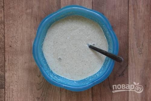 3. Соедините муку, манку, сахар. Добавьте кокосовое молоко, имбирь, корицу. Влейте воду и перемешайте. Если тесто густовато, добавьте еще немного воды.