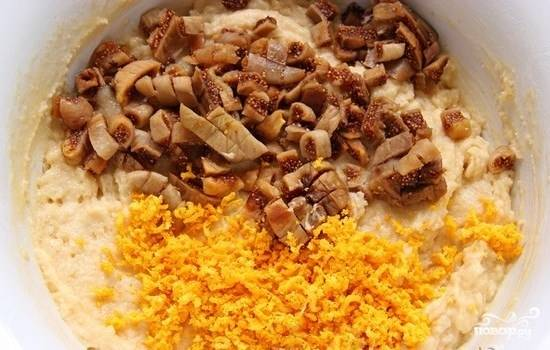 6.Теперь добавьте цедру апельсина и порезанный инжир. Перемешайте тесто еще раз. Оно должно получиться густым и тягучим.
