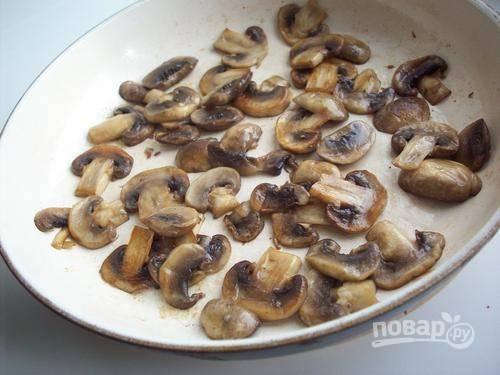2.Разогрейте сковороду с подсолнечным маслом и выложите грибы, обжарьте их до готовности и уберите на тарелку.
