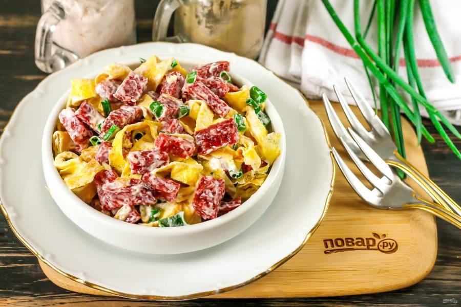 Подавайте вкусный и сытный салат к столу сразу же после его приготовления.