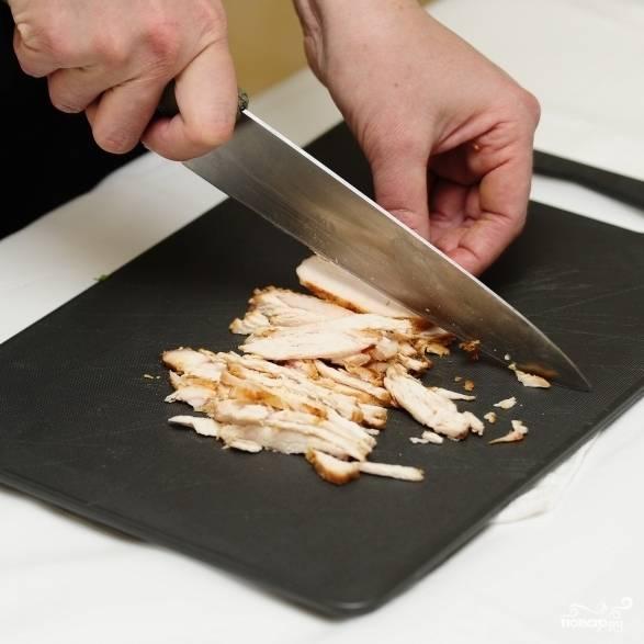 Готовое куриное филе (у меня - запеченное в духовке) нарезаем тонкой соломкой.