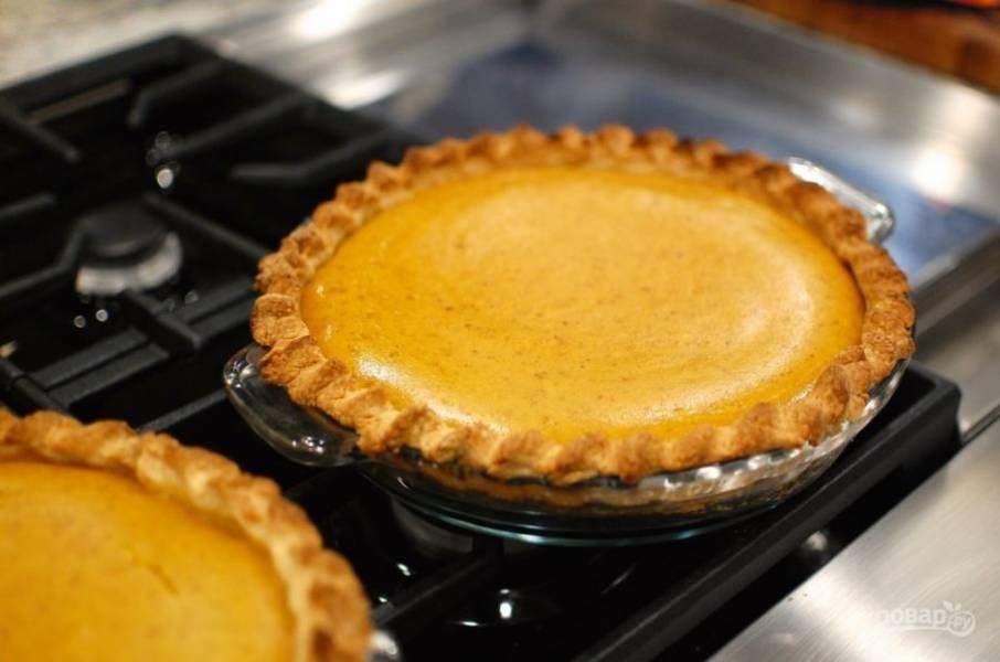 14.Запекайте пирог при 210 градусах около 15 минут, затем уменьшите температуру до 180 и запекайте еще 20-25 минут. Если начинка еще жидкая по центру, оставьте пирог в духовке еще на 5-10 минут. Подавайте пирог после остывания.