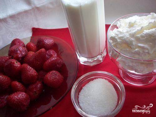 1. Подготовить все ингредиенты. Промыть и обсушить клубнику. Оторвать плодоножки.