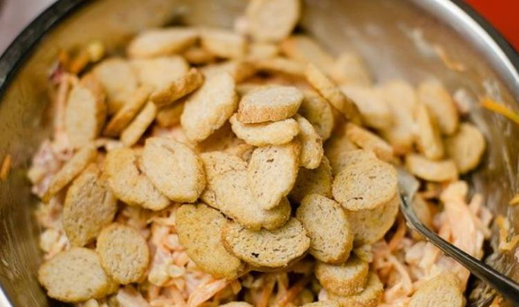 Чтобы сухарики в салате были хрустящими, кладём их непосредственно перед подачей блюда на стол и сразу же перемешиваем.