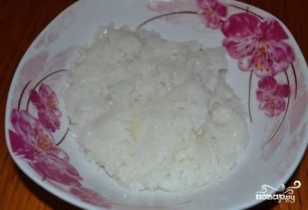 Отварим рис практически до готовности.