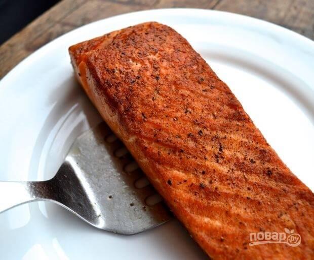 Пока овощи и яйца остывают, лосось посолите и поперчите. Разогрейте на сковороде растительное масло, обжарьте лосось с двух сторон до золотистого цвета. Можете прикрыть сковородку крышкой и дать рыбе пропариться.
