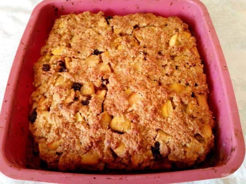 Выпекайте яблочный пирог из овсяного теста в разогретой до 180 градусов духовке в течение 45-50 минут до золотистого цвета.