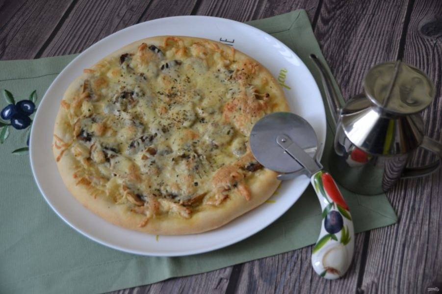 Выпекайте пиццу при температуре 200 градусов примерно 20 минут, следите за готовностью. Подавайте пиццу к столу горячей, впрочем, она и в холодном виде очень хороша. Приятного аппетита!