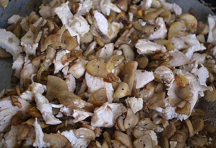Как только из шампиньонов испарится лишняя влага, выкладываем на сковороду мясо, посыпаем все перцем и мускатным орехом, солим начинку по вкусу, перемешиваем и снимаем сковороду с огня.