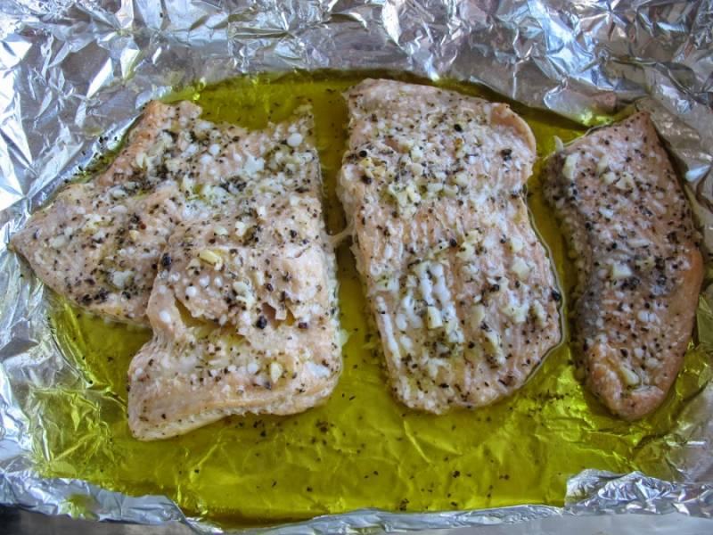 Застелите стеклянную форму фольгой и положите рыбку, полив ее маринадом. Можно отправить запекаться вместе с картошкой. Также можно дождаться, пока картошка приготовится, а потом запечь рыбу. Время готовки рыбы примерно 35 минут.