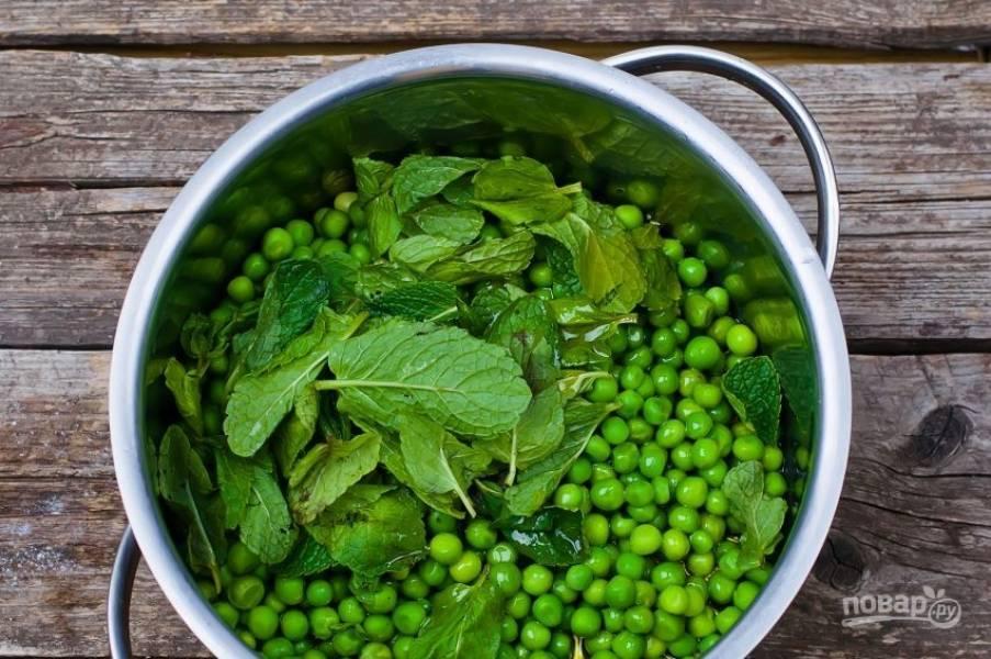 В качестве гарнира к треске подайте пюре из зеленого горошка. Для его приготовления вскипятите в кастрюле воду, бланшируйте в ней горошек пять-семь минут. Слейте воду, добавьте листья мяты, соль, перец и две столовые ложки оливкового масла. Превратите все в пюре при помощи погружного блендера.