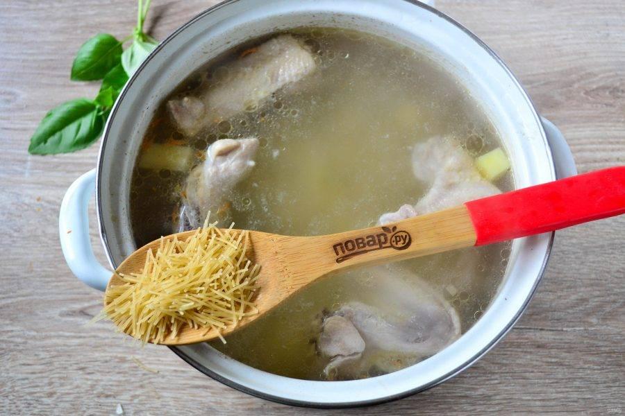 Когда картофель будет почти готов, отправьте в суп вермишель.