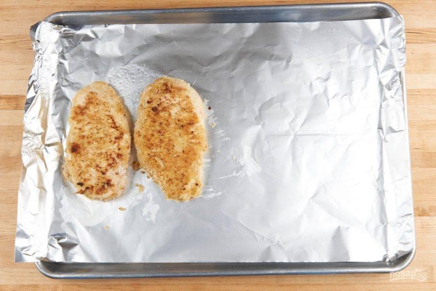 4. Затем обжарьте грудку в оливковом масле с каждой стороны по 3 минуты. И переложите курицу на противень.