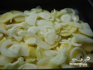 Затем лук и снова картофель.