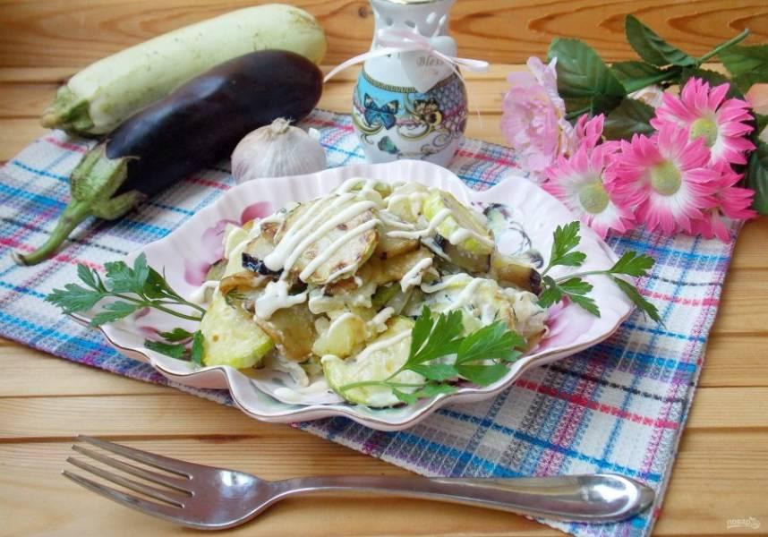 Салат из баклажанов и кабачков готов. Подавайте к столу!