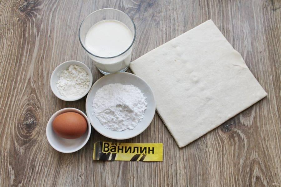 Подготовьте все необходимые ингредиенты для приготовления слоеных трубочек со взбитыми сливками. Тесто достаньте заранее, чтобы оно разморозилось.
