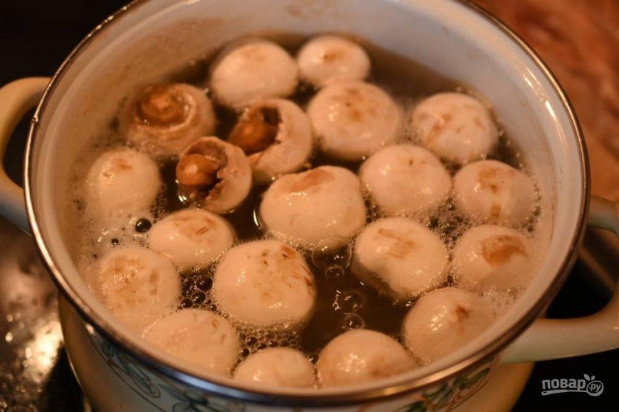 Вскипятите большое количество воды. Добавьте в неё мясо. Варите его в течение 1 часа. Потом добавьте к нему грибы, лавровый лист и перец. Варите ингредиенты вместе 15 минут.