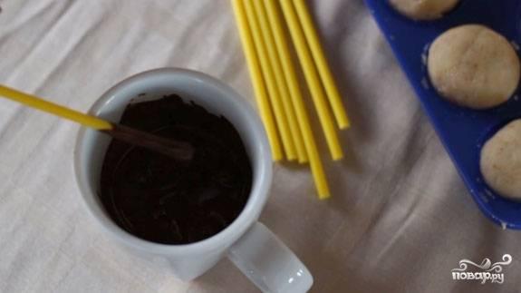5. Заранее растопите шоколад на водяной бане и, опуская в него палочку для попкейков, вставляйте ее в наши заготовки.
