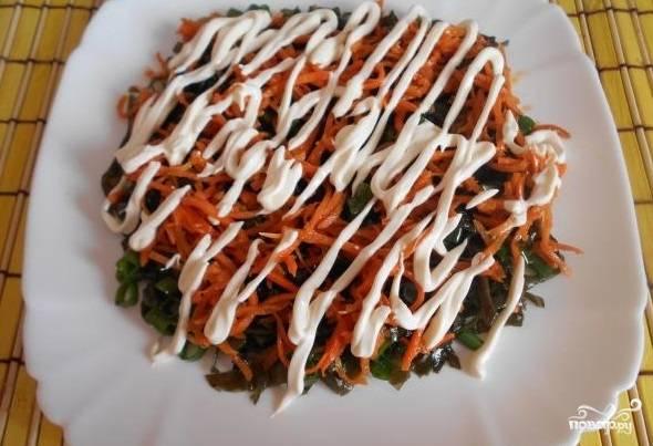 7. Поверх морковки сделайте сеточку из легкого майонеза.