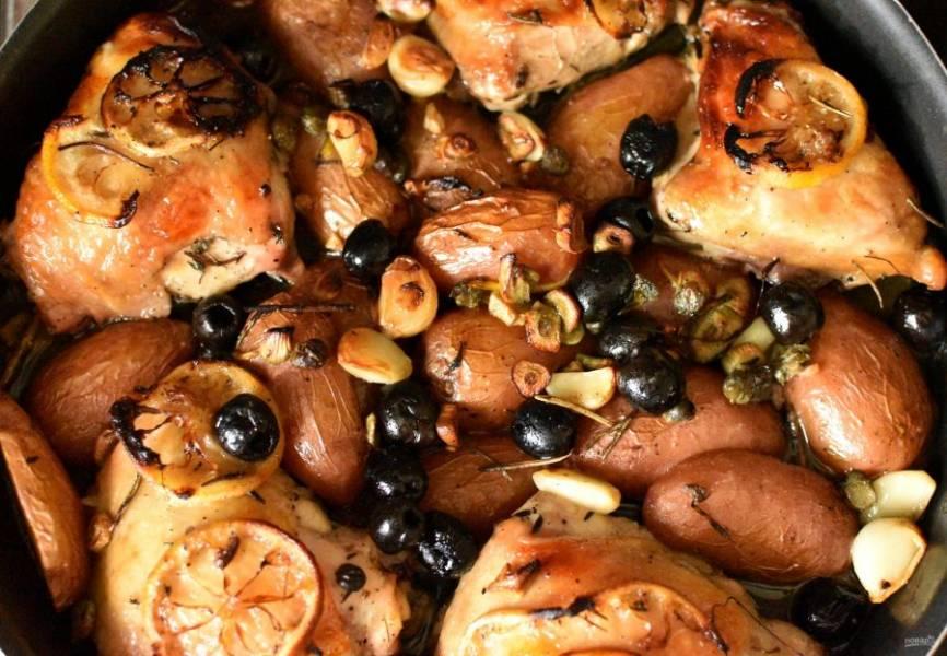 Готовую курицу выньте из духовки, накройте форму фольгой и дайте постоять минут 15.
