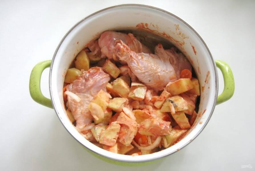 Перемешайте овощи с курицей, сметаной, томатной пастой и специями.