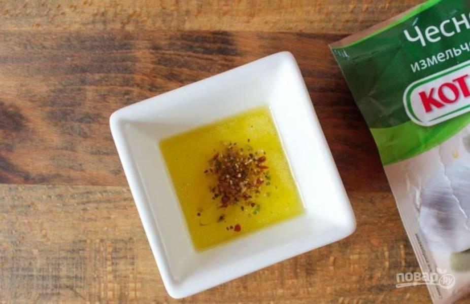Теперь вам необходимо сделать для шампиньонов маринад. Для этого в небольшой пиалке смешайте оливковое масло, сухой молотый чеснок и смесь ароматных специй.
