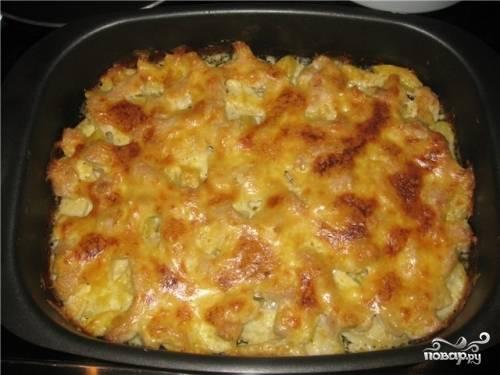 6.Отправляем форму в разогретую духовку и запекаем при температуре 180 градусов до готовности. Блюдо считается готовым, когда на нем появляется румяная корочка, а картофель легко прокалывается ножом или вилкой.