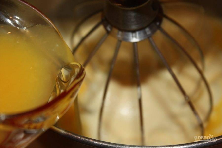 5.Уменьшите скорость комбайна, понемногу вливайте апельсиновый сок.