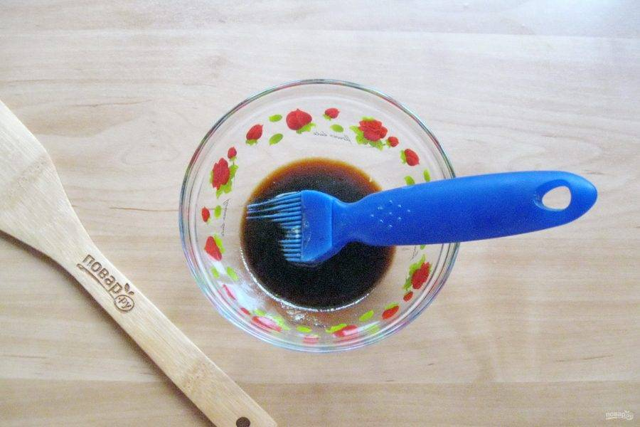 Смешайте в мисочке жидкий мёд, соевый соус и горчицу.
