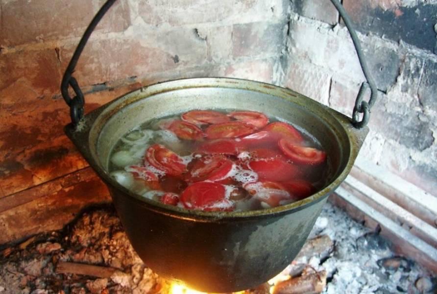 И закидываем их к мясу минут через 10 после лука, добавляем нарезанный брусками болгарский перец, по желанию можно закинуть и нарезанный баклажан.