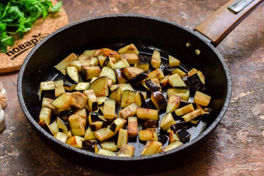 В сковороде разогрейте растительное масло, выложите баклажаны и жарьте до румяности 5-6 минут помешивая.