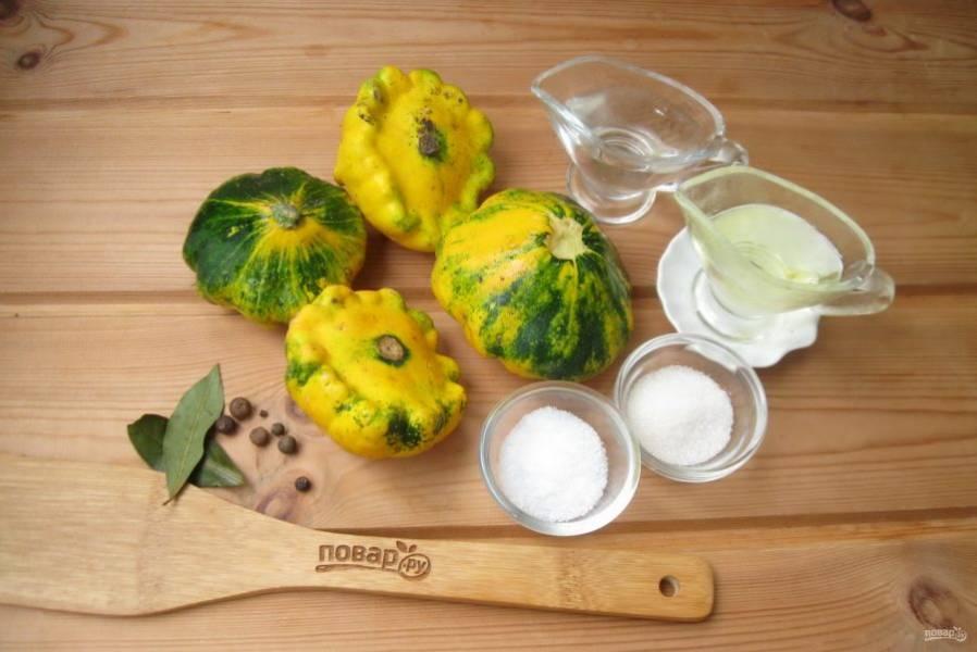 Подготовьте ингредиенты для приготовления патиссонов, как грибы.
