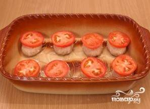 8.Смазываем форму для запекания или противень растительным маслом, раскладываем котлеты. На каждую котлетку кладем по одному кружочку помидора.